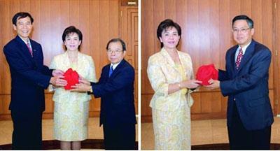 ↑陳幹男(左三)教授接下印信,接任本校學術副校長。戴萬欽(右一)教授成為國際事務副校長。(馮文星攝)