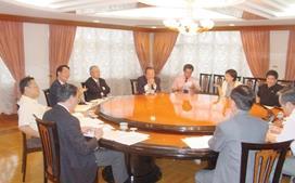 校長遴選委員會第一次會議八位委員皆出席,由董事代表陳雅鴻(圖中)任召集人,本校董事會主任秘書周新民、律師韓名銅等均列席。