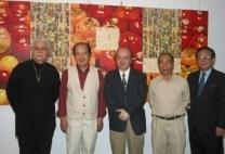 現代畫名家何肇衢(左二起)、顧重光、吳炫三在上週「炫光肇奇」開幕茶會上,與本校文錙藝術中心主任李奇茂(左)、張炳煌(右)合影。(文錙藝術中心提供)