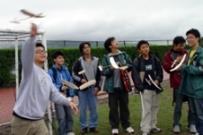 航太系同學在航太週發揮創意,展現所學,圖為手擲機比賽中,同學們在陰雨天試飛的畫面。(陳光熹攝)