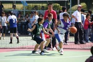 10.新生盃女籃決賽,兩系同學纏鬥,互有拉鋸。
