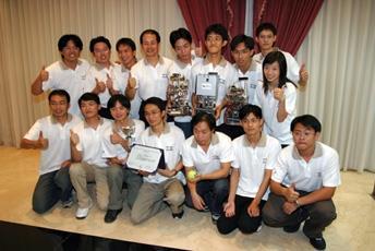 電機系同學在翁慶昌老師(後排左四)的指導下,參加FIRA世界盃機器人足球賽,勇奪冠軍寶座。(實習記者陳光熹攝影