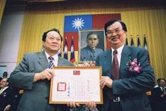 張校長親自頒發勸募獎狀給校友服務處主任陳敏男。