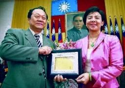 副校長張家宜(右)接受校長頒贈勸募人獎牌。(陳震霆攝)