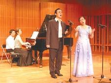 男中音巫白玉璽、女高音林惠珍同為泰雅族,兩人廣闊音域及豐富的肢體語言,為演唱會焦點。(攝影�陳震霆)