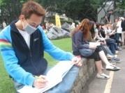 隨著SARS病例在國內持續增加,校園中也可見得到應景戴著口罩的同學。(攝影�陳震霆)