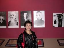 辛亥革命武昌起義紀念館中高掛本校首任董事長居正先生玉照,而他亦是副校長張家宜的外曾祖父,張副校長特地於照片前留影。(攝影\黃文智)