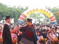 畢業生受證受獎儀式,上週五在書卷廣場舉行,在畢業生和在校師生的觀禮下,校長一一頒證,祝福畢業生鵬程萬里,珍重再見。(記者陳震霆攝)