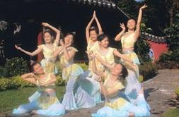 由舞研社同學表演的民族舞蹈「壁仙雲遊」,以優美的敦煌舞步展現,造型千姿百態,將於明天大專舞展中擔任開場舞。(課外組提供)