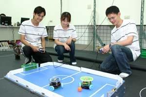 電機系碩二王威文(左起)、碩二李雅鈴與電機三吳晟輝組成的「獨創隊」,向記者展示他們獲得旺宏金矽獎應用組一獎的得獎作品:「USB搖桿式遠端遙控遊戲平台」。(記者陳光熹攝影)
