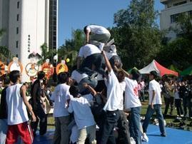 參加人體疊疊樂活動的同學全力以赴。