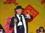 學術副校長馮朝剛在歲末聯歡會中,巧扮偶像歌手劉文正,活靈活現的模樣,風靡全場,尖叫聲不斷。(記者練建昕攝影)