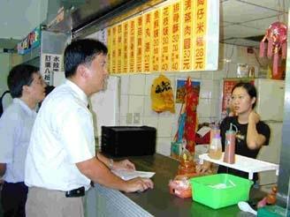 ISO14001環境管理系統稽核人員實地走訪校園各實驗室、餐廳,透過與師生的訪談,了解本校執行情形。(上圖�陳震霆攝,下圖�邱啟原攝