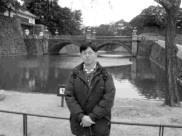 邱啟 原利用寒假 遊日本,圖為他在二 重橋前留影。(邱啟原提供)