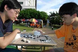 ◎天地一盤棋 「上週的社團博覽會,熱鬧非凡。有兩位圍棋社的同學無視人群喧擾,天地間對奕,旁若無人。(攝影�昂力)」