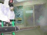上週全校進行消毒,工作人員全副武裝,手提大型噴槍,噴出蒸氣式消毒藥水,進入每棟大樓消毒,要將SARS病毒一網打盡。(攝影/陳國良)