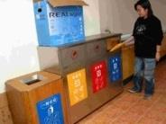 校內各大樓上週起均裝設資源回收筒,丟垃圾前,得先看一看!(記者陳震廷攝影)