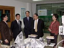 武漢理工大學周祖德校長(左二)陪同張校長一行參觀光纖實驗室。(攝影\黃文智)