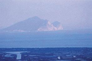 由校園遠眺,二龍河正對龜山島,引人入勝。