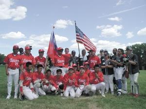●「淡江紅不讓」隊員前往美國參加世界盃盲人棒球賽,獲得總冠軍後,與地主隊合影留念。