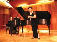 通核組教師王淑堯在文錙音樂廳表演民謠組曲。