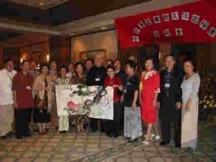 中華書畫藝術文化宣揚團在泗水展覽時,畫家們應觀眾要求,聯合創作大型畫「春長在」,捐給當地學校保存留念。(文錙藝術中心提供)