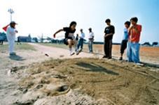 田徑場上的跳遠比賽。