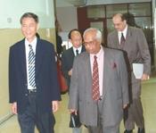 副校長馮朝剛(圖左)接待印度前副外長(前右)前往演講,後為國際研究學院院長魏萼與印度駐台主任。(攝影/昂力)