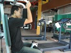 有跑步機、自行車機、重量訓練機、競走機的健身房。