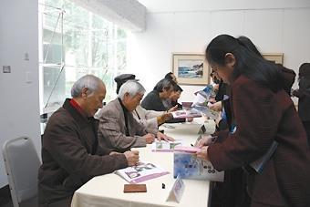 知名水彩畫家陳甲上、陳明善、陳忠藏、鄭香龍、陳陽春及蘇憲法,上週蒞校為台灣水彩畫家聯展開幕剪綵,並在主辦單位精心安排的簽名會上,為本校師生在展覽畫冊上簽名留念。(攝影�郭展宏)