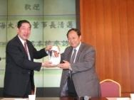 校長贈東海大學董事長吳清邁(左)「龍馬精神」瓷瓶。(攝影�陳震霆)