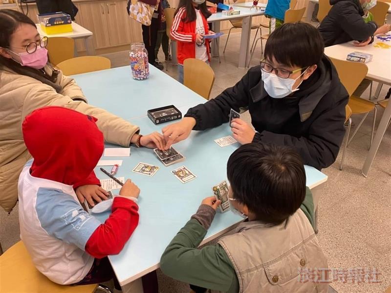 桌遊研習社 帶領學童體驗桌遊樂趣