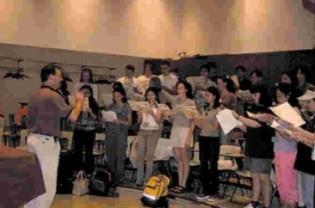 本校合唱團和維諾納大學音樂系學生共同 上課,並由該系系主任親自指揮練唱。