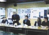 Prof. Alexander Tzonis(左二)正揭曉入選者。(記者劉育孜攝)