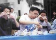 參加吃布丁比賽,吃完十七個布丁獲得第二名的林志諺(中)說:「我非常喜歡吃布丁,這是我參賽的原因。」(記者張佳萱攝)