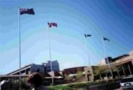 澳洲克廷大學為歡迎張校長到訪,特地在校門口掛起中華民國國旗。(圖/國交處提供)