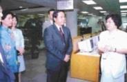 台東縣陳建年縣長〈中〉和縣府多位主管參觀本校圖書館,由黃鴻珠館長〈右〉親自導覽解說。〈記者張佳萱攝〉