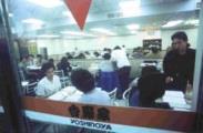 午夜的吉野家餐廳,充滿了為準備期中考試而埋首苦讀的淡江學生,儼然成了另一個圖書館。(記者陳震霆攝)