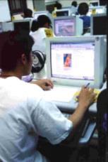 外語學院的共同科「時事與歷史」別開生面的利用上網查詢的方式,手寫回答問題,同學們一面上網查資料、一會兒寫答案、一會兒翻字典,忙碌非常。(攝影�賴映秀)