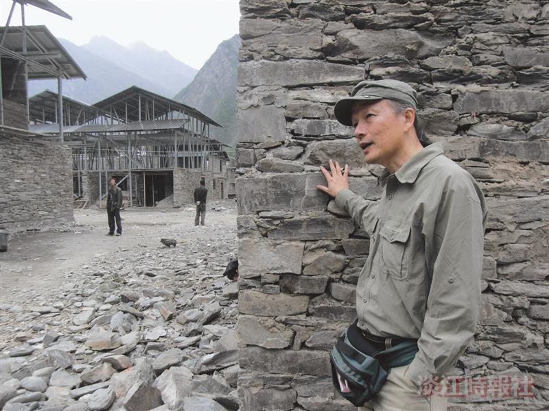 建築系系友謝英俊身著工作服,在四川羌族村落建造房舍。(圖/謝英俊提供)