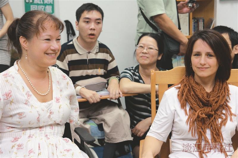 蓮娜瑪莉亞(左)和友人來訪淡江,與本校身障生進行交流,將自身的經驗與同學分享,散播強韌生命力及樂觀人生。(攝影/梁琮閔)