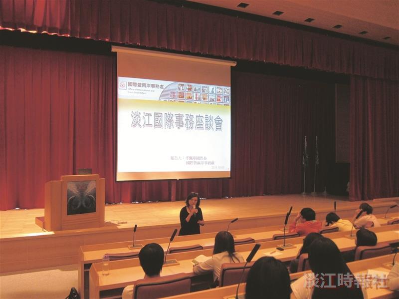 國際暨兩岸事務處國際長李佩華(前一)與近百位學生交流大三出國留學的相關事項。(攝影/楊志偉)