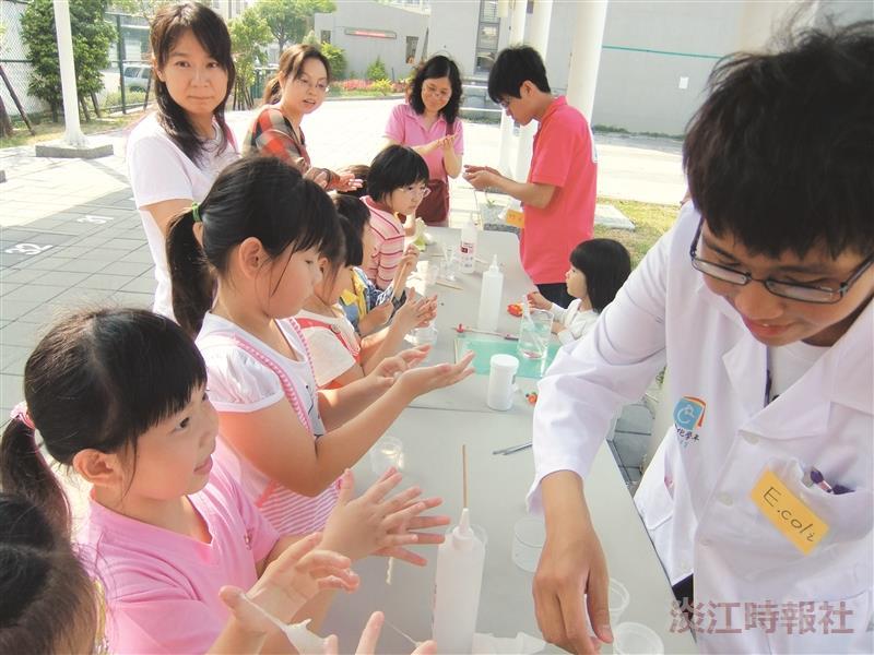 化學下鄉活動中,小朋友跟著志工老師,享受化學實驗的樂趣。(圖/國際化學年辦公室提供)