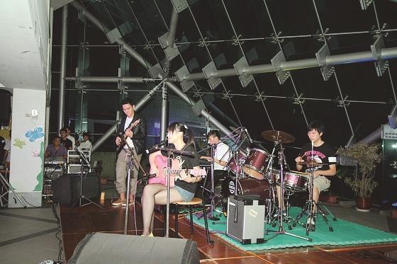 在展翼舞會上搖滾社表演,歡送即將出國的學生。(圖/蘭陽校園提供)