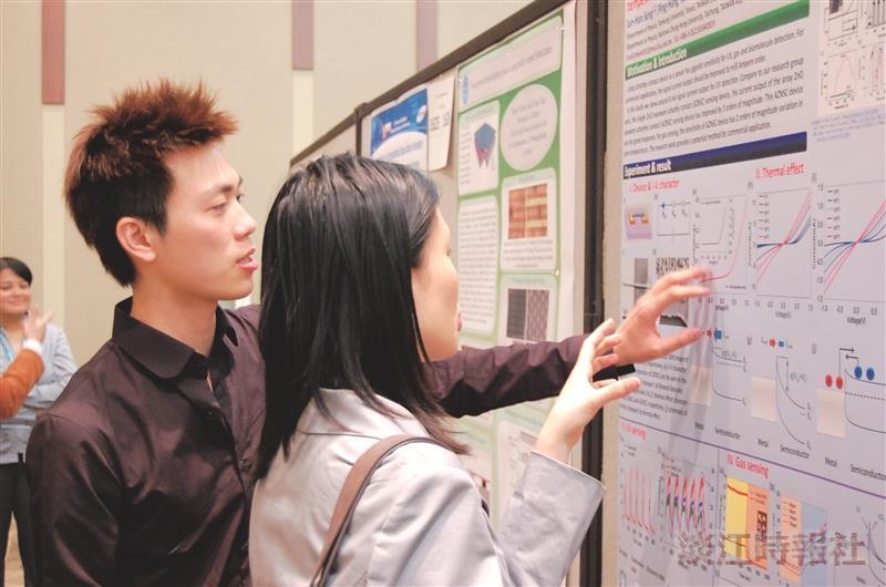 宋俊漢(右二)在2012國際電化學年會,向參展者說明論文。(圖/宋俊漢提供)