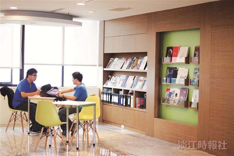 華僑中學高中部學生,在文字學課後,翻閱e筆相關書籍,並討論e筆書畫系統的功能。(攝影/梁子亨)